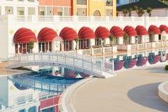 De populaire toevlucht Amara Dolce Vita Luxury Hotel Met pools en waterparken en recreatief gebied langs de overzeese kust stock foto's