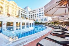 De populaire toevlucht Amara Dolce Vita Luxury Hotel Met pools en waterparken en recreatief gebied langs de overzeese kust royalty-vrije stock fotografie