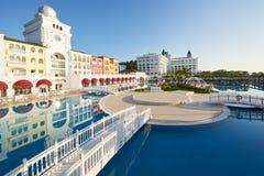 De populaire toevlucht Amara Dolce Vita Luxury Hotel Met pools en waterparken en recreatief gebied langs de overzeese kust in Tur stock foto