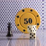 De populaire voorwerpen voor raadsspelen dobbelen schaakpook stock foto