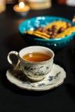 De porseleinkop theeën op de zwarte achtergrond Stock Foto