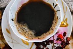 De porseleinkop van zwarte koffie, sluit omhoog, hoogste mening stock afbeeldingen