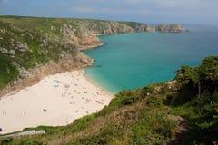De Porthucrno zandig strand en zomer in cornwall, het UK Stock Foto's