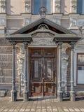 De portiek van een oud herenhuis van de 19de eeuw stock afbeeldingen