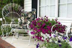 De Portiek van het thuisfront met Bloemen Royalty-vrije Stock Fotografie