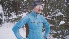 De portret bevroren mens van de sportenatleet, portret die van een atleet in de winter, in een koude tijd lopen stock fotografie