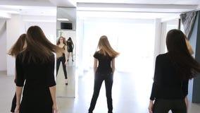 De portretmening van vrouwen die stelt in modelschool veranderen stock footage