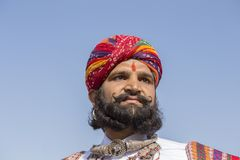 De portretmensen die traditionele Rajasthani-kleding dragen nemen aan M. deel Woestijnwedstrijd als deel van Woestijnfestival in  Royalty-vrije Stock Fotografie