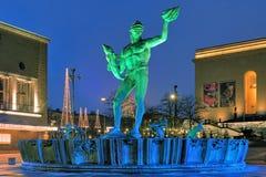 De Poseidon-Fontein in Gothenburg met groenachtig blauwe verlichting Royalty-vrije Stock Foto's