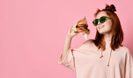 De positieve gember jonge vrouw stelt voor selfie, stock fotografie