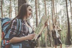 De positieve jonge reizigers schrapen te voet de topografie royalty-vrije stock afbeelding
