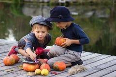De positieve pompoenen van Halloween van de jonge geitjesverf kleine Stock Foto