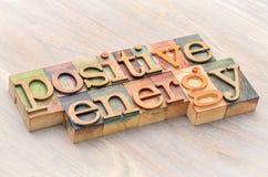 De positieve samenvatting van het energiewoord in houten type stock afbeelding