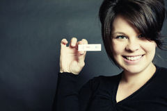 De positieve Test van de Zwangerschap en Gelukkige Glimlachende Vrouw stock afbeelding