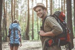 De positieve toeristen genieten van picknick royalty-vrije stock afbeeldingen