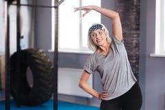 De positieve vrouw die van Nice van een fysische activiteit genieten stock fotografie