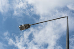 De post en de hemel van de lamp Stock Fotografie