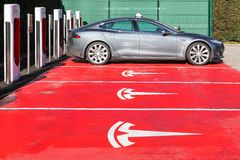 De post en het parkeren van de Teslacompressor in Lyon, Frankrijk Stock Foto's