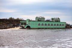 De post-hydrokrachtcentrale van de Volkhov HYDRO-ELEKTRISCHE MACHT op rivier Volkhov, Rusland Stock Fotografie