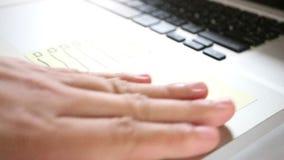 ` De post-it pour faire le ` de liste sur l'ordinateur portable de clavier banque de vidéos