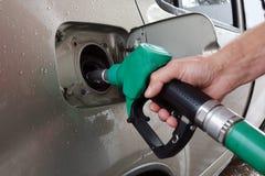 De post van de benzine Het vullen van de auto met brandstof stock foto's