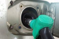 De post van de benzine Het vullen van de auto met brandstof royalty-vrije stock afbeelding