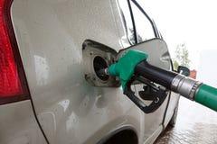 De post van de benzine Het vullen van de auto met brandstof stock foto