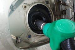 De post van de benzine Het vullen van de auto met brandstof stock fotografie