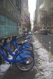 De post van de Citifiets onder sneeuw dichtbij Times Square in Manhattan Stock Afbeelding