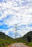De post van de elektriciteit op een berg in Thailand Stock Foto's