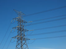 De post van de hoge machtselektriciteit in blauwe hemel Royalty-vrije Stock Foto