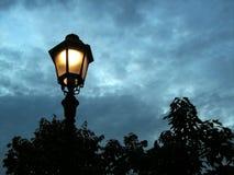 De post van de lamp in de avond Royalty-vrije Stock Afbeelding