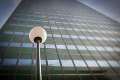 De post van de lamp vooraan de bureaubouw voorzijde Stock Fotografie