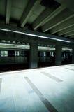 De post van de metro met stoped trein Stock Afbeeldingen