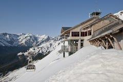 De post van de ski op berghelling stock fotografie