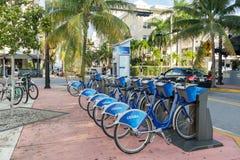 De post van de stadsfiets in het Strand van Miami, Florida stock afbeelding