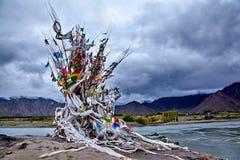 De post van de waterbegrafenis in Lhasa River Stock Foto