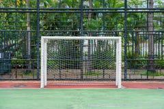 De post van het voetbaldoel met netto stock foto