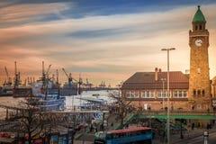 De post van Landungsbrueckenhamburg met een mening van haven stock foto