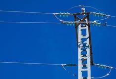 De post van de silhouetelektriciteit op de achtergrond van blauwe hemel royalty-vrije stock foto's