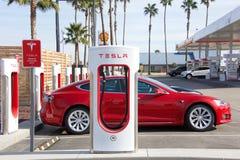 De post van de Teslacompressor in Centraal Californië, benzinestation op achtergrond stock foto