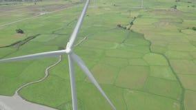 De post van de windturbine op de groene mening van de gebiedshommel Alternatief natuurlijk bron en ecologiebehoud De Macht van de stock video