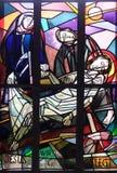 de 14de Posten van het Kruis, Jesus wordt gelegd in het graf en in wierook behandeld Royalty-vrije Stock Foto