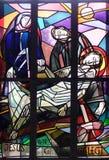 de 14de Posten van het Kruis, Jesus wordt gelegd in het graf en in wierook behandeld Stock Afbeeldingen