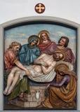 de 14de Posten van het Kruis, Jesus wordt gelegd in het graf en in wierook behandeld Royalty-vrije Stock Fotografie