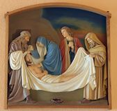 de 14de Posten van het Kruis, Jesus wordt gelegd in het graf en in wierook behandeld Stock Foto