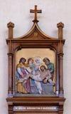 de 14de Posten van het Kruis, Jesus wordt gelegd in het graf en in wierook behandeld Stock Foto's