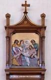 de 14de Posten van het Kruis, Jesus wordt gelegd in het graf en in wierook behandeld Stock Afbeelding