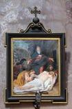 de 14de Posten van het Kruis, Jesus wordt gelegd in het graf en in wierook behandeld Stock Fotografie