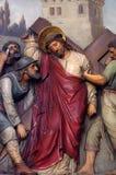 de 5de Posten van het Kruis, Simon van Cyrene draagt het kruis stock foto